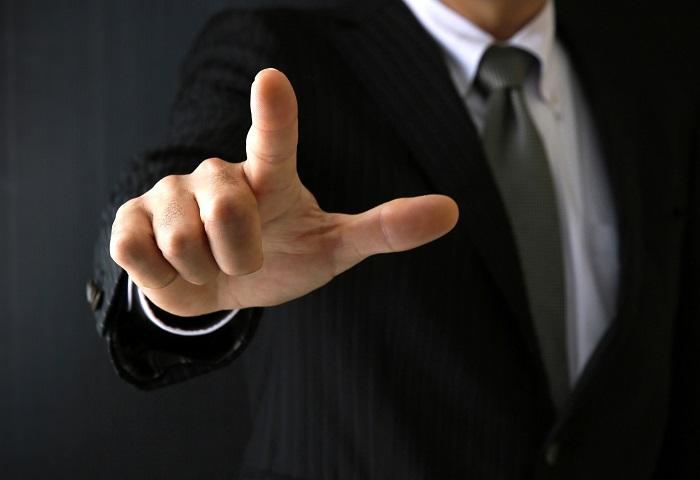 指さしする男性