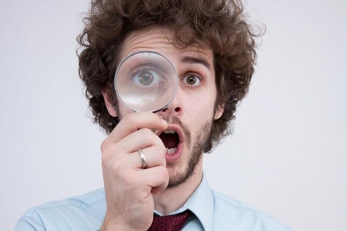 男性と虫眼鏡
