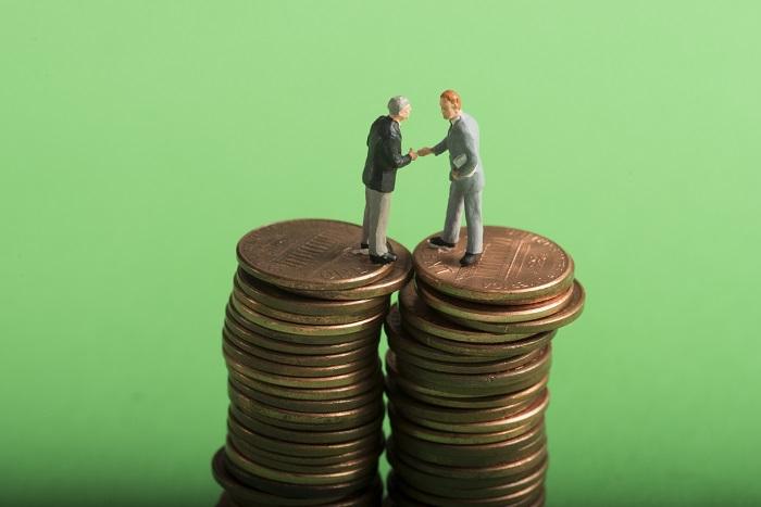 お金の上で握手