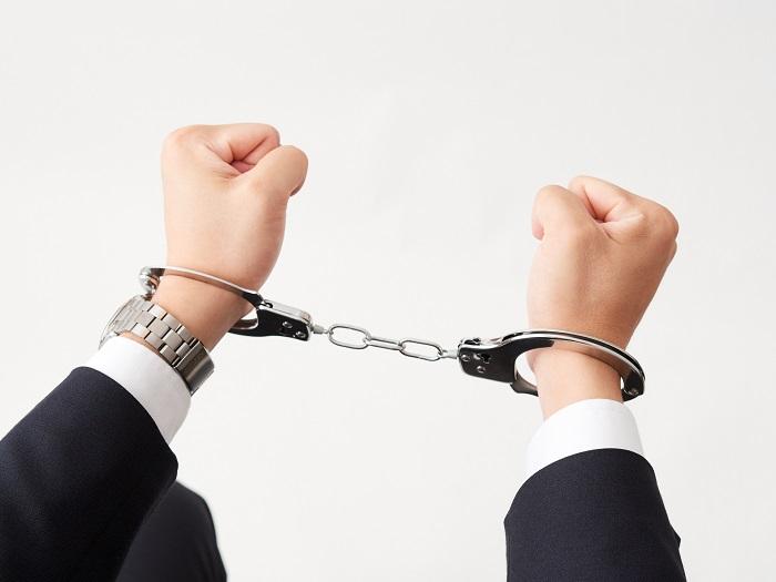 手錠と男性の手