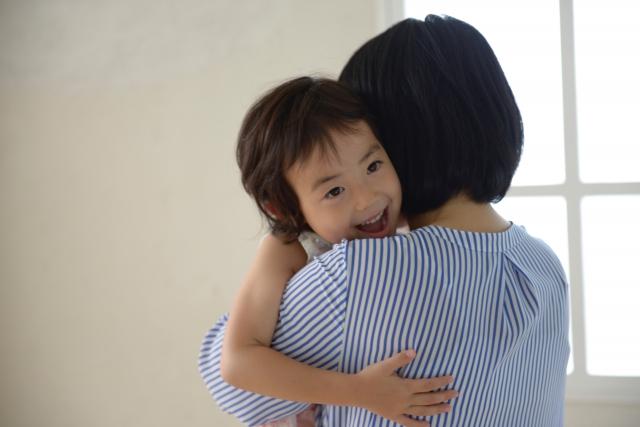 子供を抱きしめる母