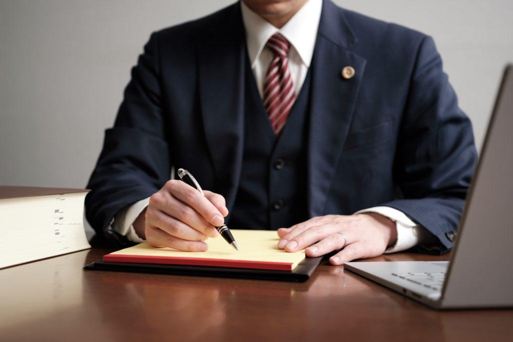 ペンを持つ弁護士