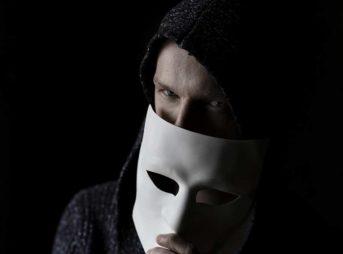 仮面を持った人