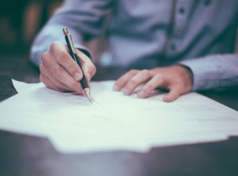 書類を作る男性