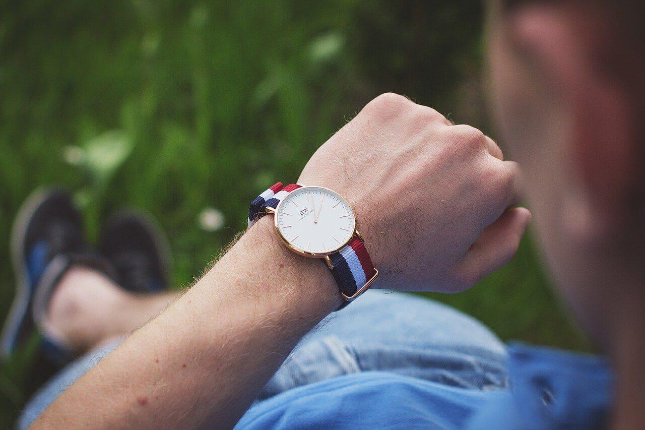 腕時計を見つめる男性