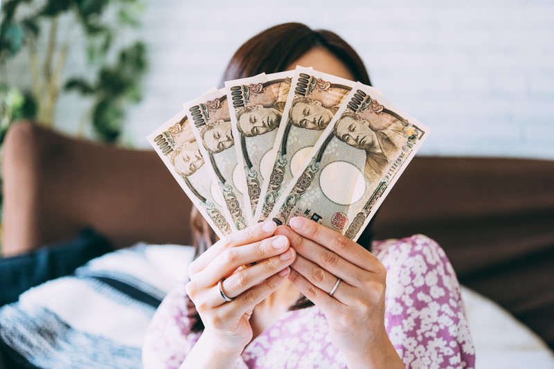 お金を広げる女性