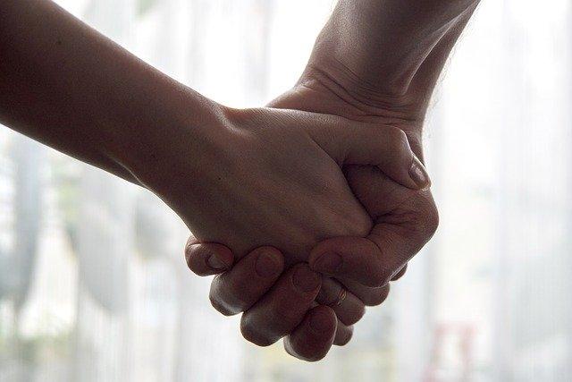 繋いでいる手
