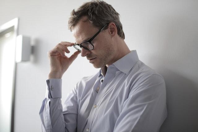 メガネを掛けて考える男性