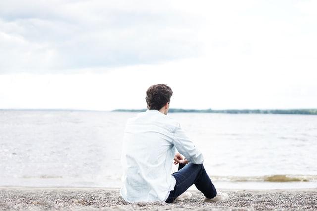 海で座り込む人