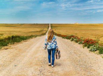 独り歩く女性