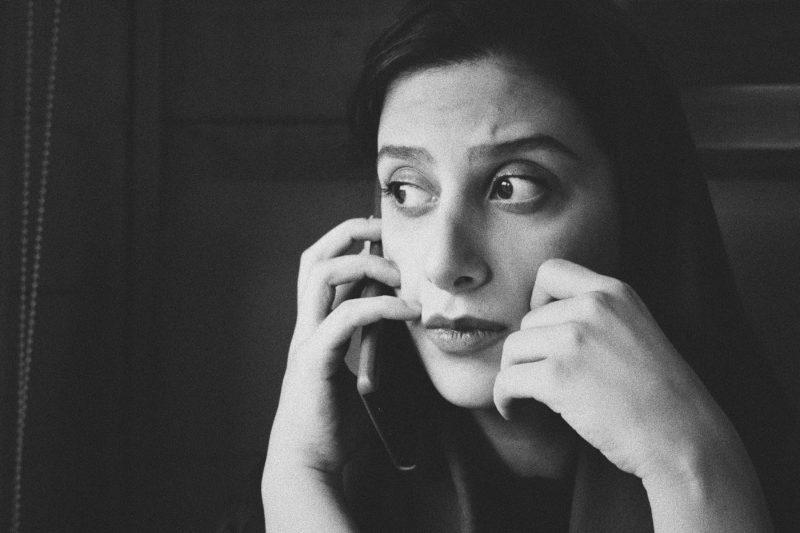 電話におびえる女性