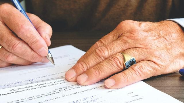 サインする手