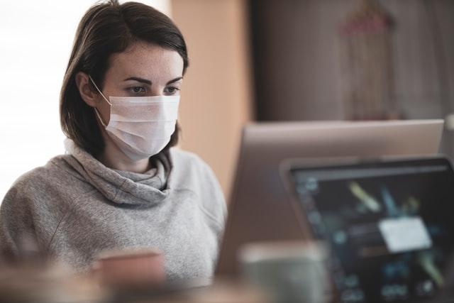 マスクをして働く女性