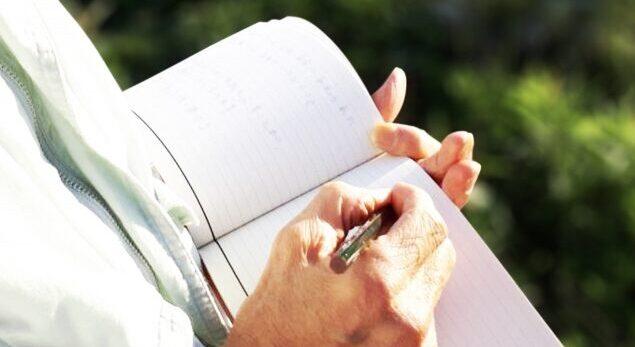 ノートに書く 老人