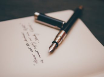 万年筆と紙