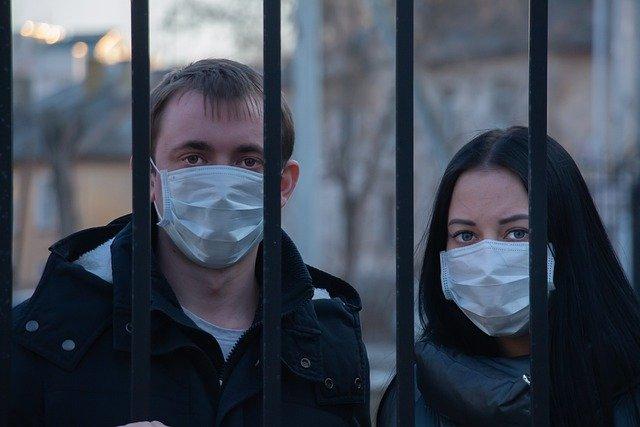 マスクをしている男女