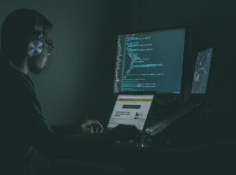 パソコンを操る男性